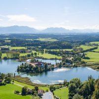Kloster Seeon mit Alpen und Chiemsee